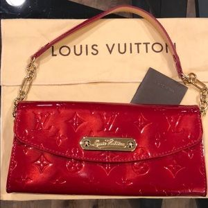 Like new! Louis Vuitton Vernis wallet on chain 😍